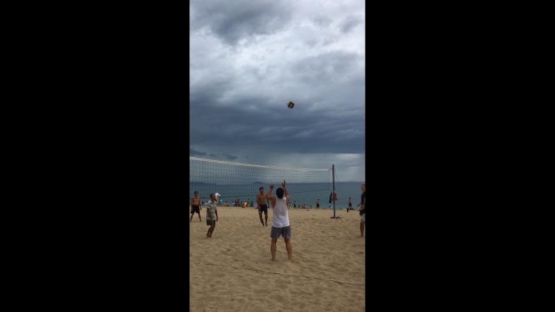 Вьетнамцы играют в волейбол.