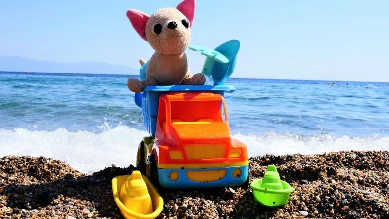 Oyuncak arabalar. Loli ve oyuncak kamyon plajda oynuyorlar