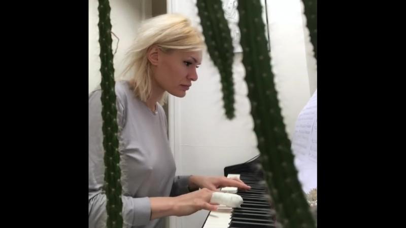 Kitana Lure играет на пианино