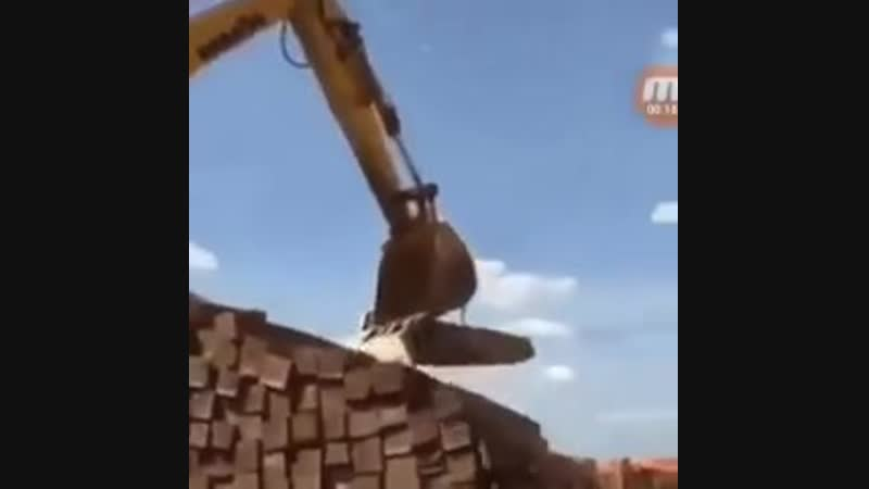 How an excavator, using a rope and the lever principle, can move materials it's not designed to