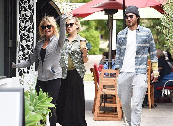 Семейный уикенд: беременная Кейт Хадсон на шопинге с мамой и женихом