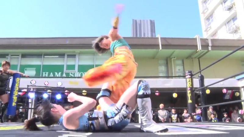Shoko Nakajima and Yuka Sakazaki vs. Hikari and Yuu
