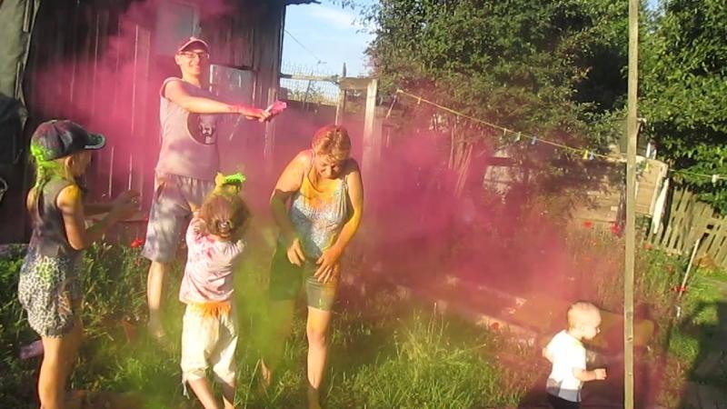 фестиваль красок у бабушки в деревне