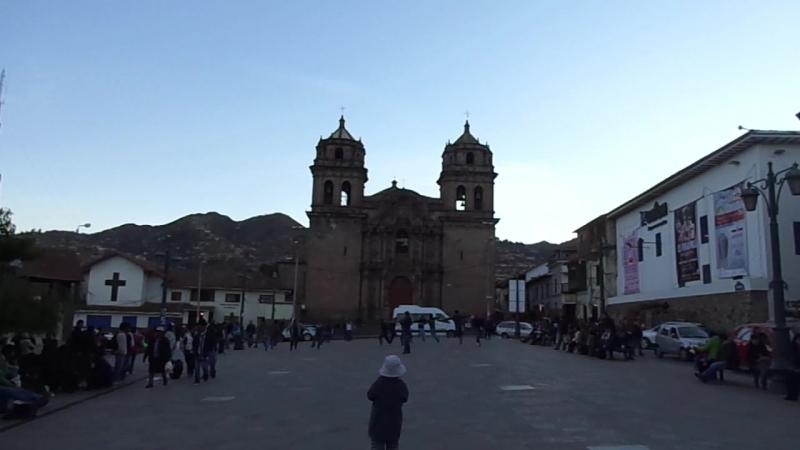 Ребята танцуют на улице в Куско, Перу 2