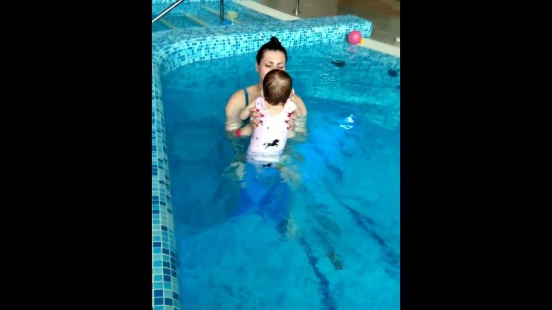 Катюша, проплывает 10 метров с задержкой дыхания 💪