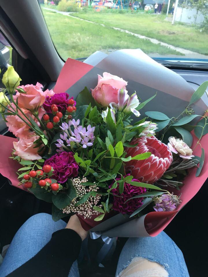 Молодой мужик жестко дерет за букет роз бывшую любовницу