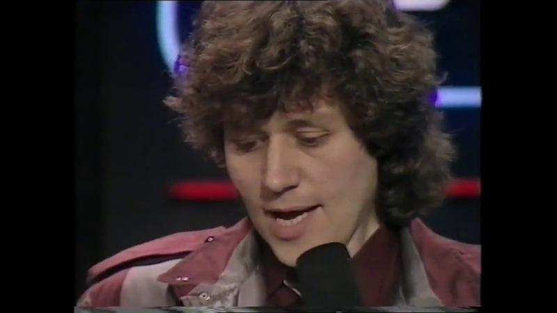 Bev Bevan announces the winner of best British group 1982(Rock Pop Awards)