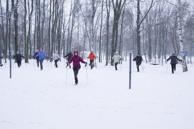 Жителей Лианозова приглашают на открытые занятия по скандинавской ходьбе