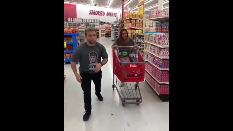 Когда затариваешься в магазине перед крутым матчем