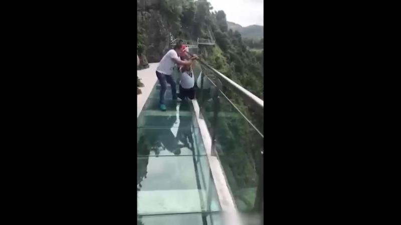 Акрофобия на китайском стеклянном мосту