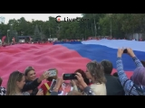 Студенты развернули самый большой триколор в честь Дня флага России