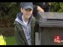 Розыгрыш: мальчик делает вид, что писает спрятавшись за контейнером с мусором. И удивляет прохожих и отдыхающих.