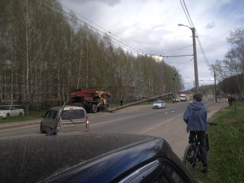 Автокран снес столб на улице Высоцкого в Томске