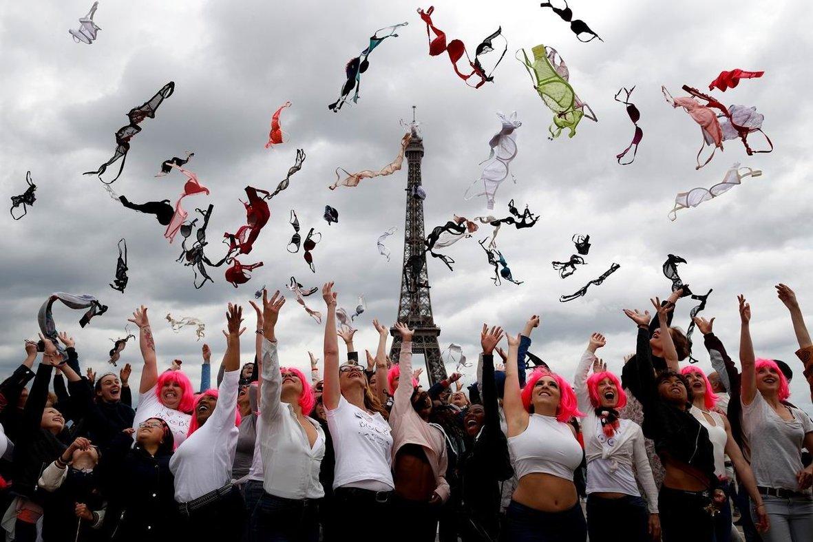 И в воздух лифчики бросали ...: Веселый праздник у парижских дам
