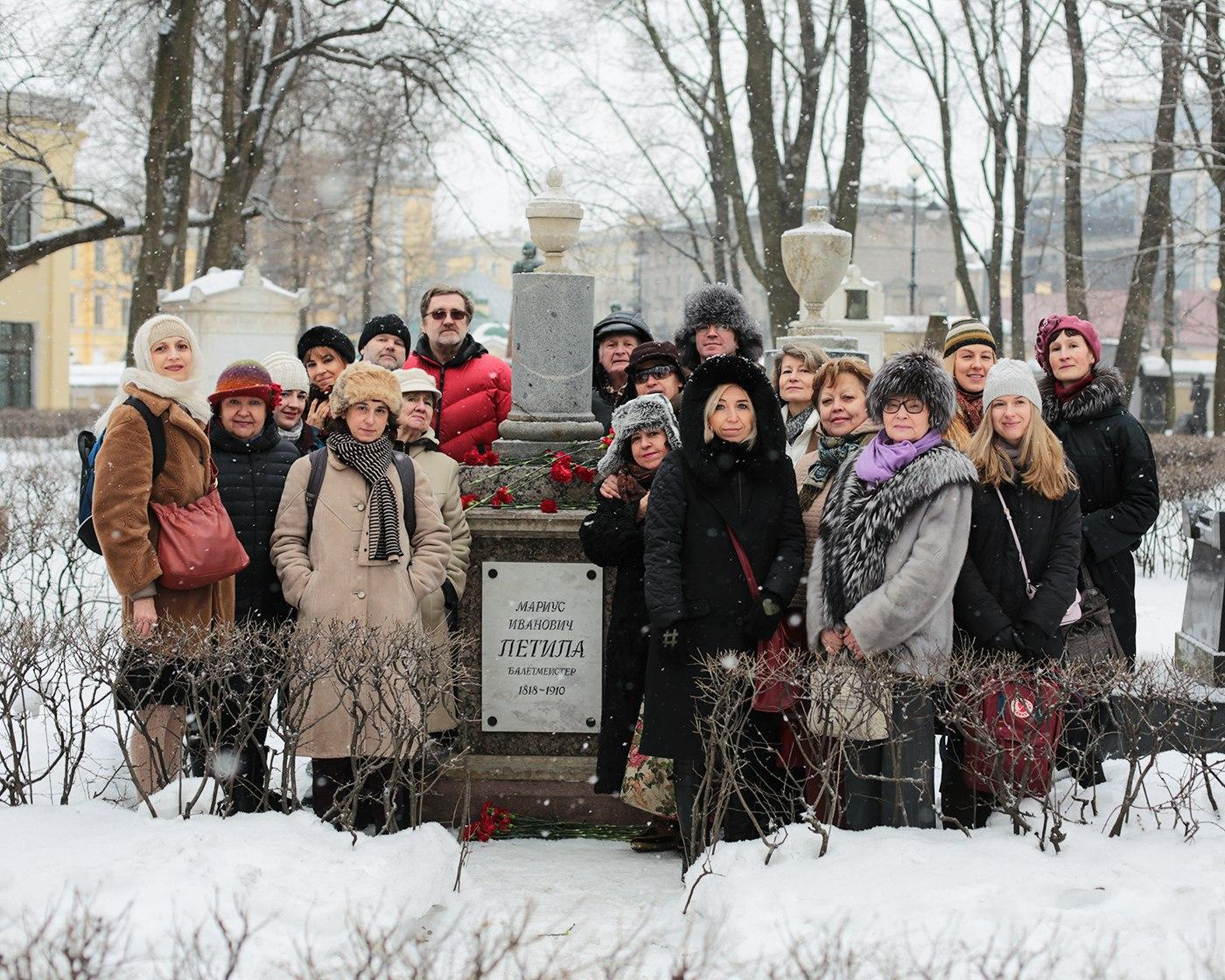 Участники конференции возложили цветы к могиле Мариуса Петипа в Александро-Невской лавре.