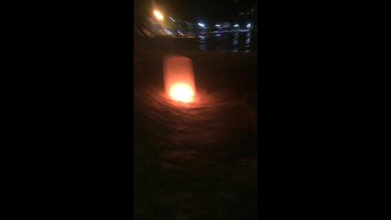 На пляже Патонга все пускали фонарики. А мы чем хуже)