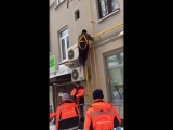 Падение с пожарной лестницы рабочих в Москве