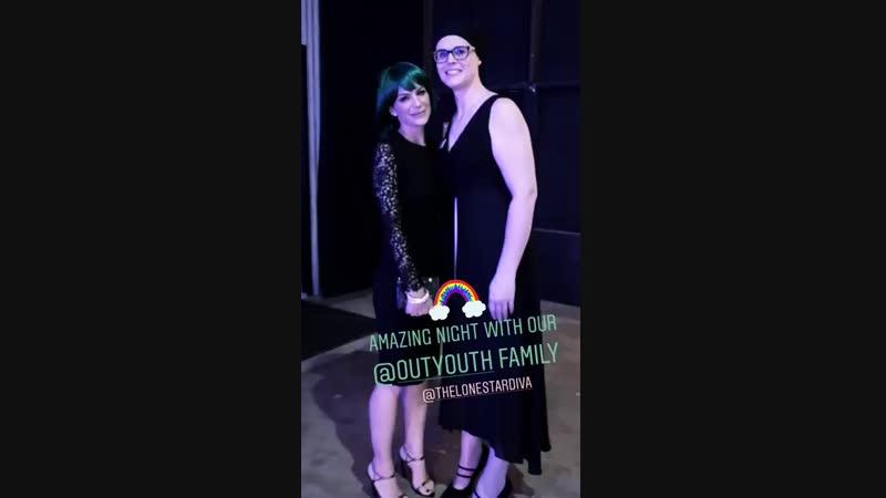 Женевьев с подругой на Out Youth Glitz Gala в Остине (из истории Джен на Инстаграме)
