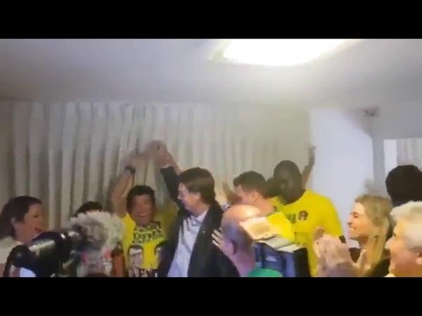 Momento em que Bolsonaro recebe notícia da vitória e Hélio Bolsonaro vai às lágrimas