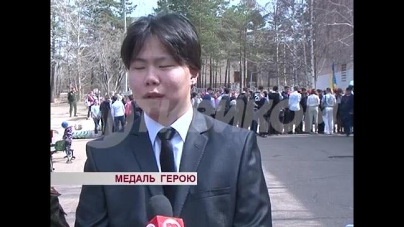 В Улан-Удэ сотрудники Росгвардии наградили медалью Давыда Мамонова, спасавшего детей во время нападения на школу