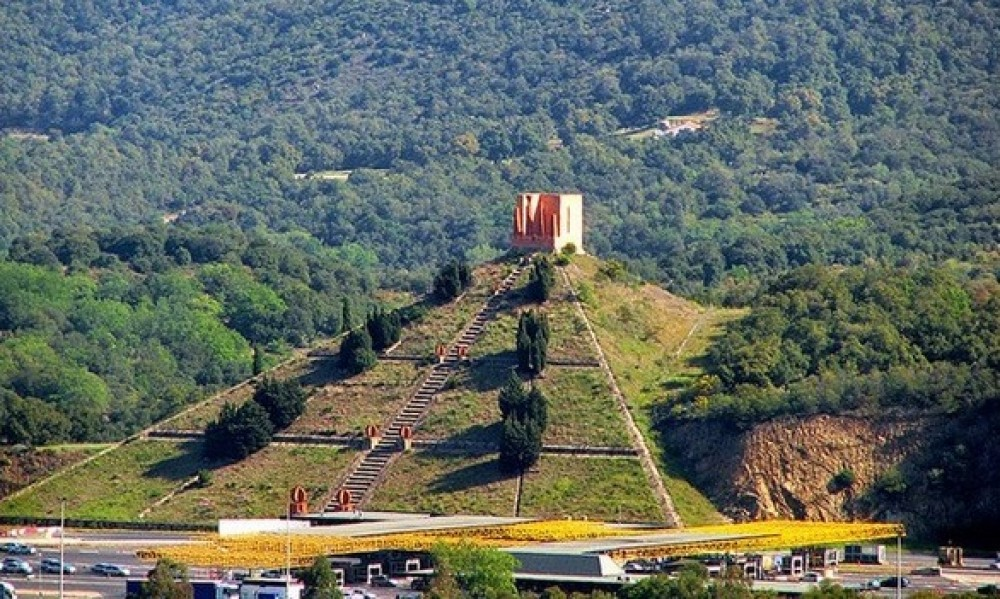 Древняя Пирамида во Франции