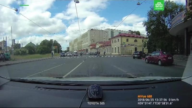 Таксист несется на красный
