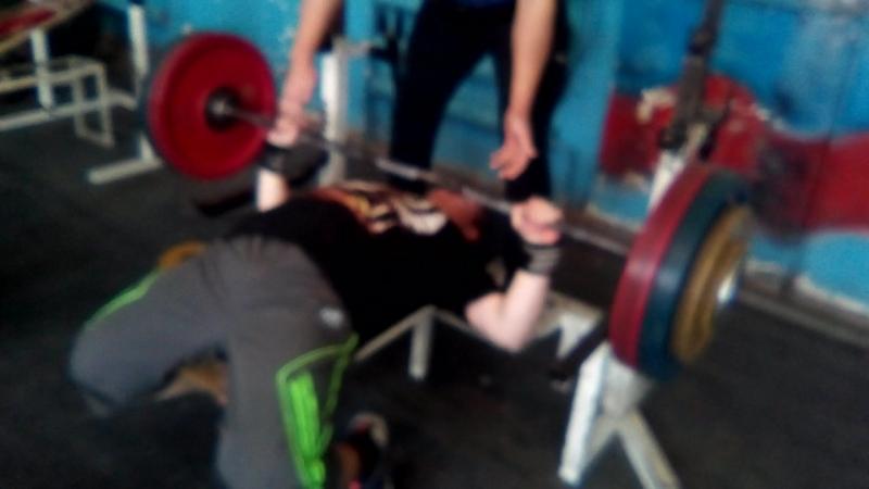хим лёжа 137.5 кг 17 лет, вес 89кг. (качество не очень, камера не сфокусировалась)