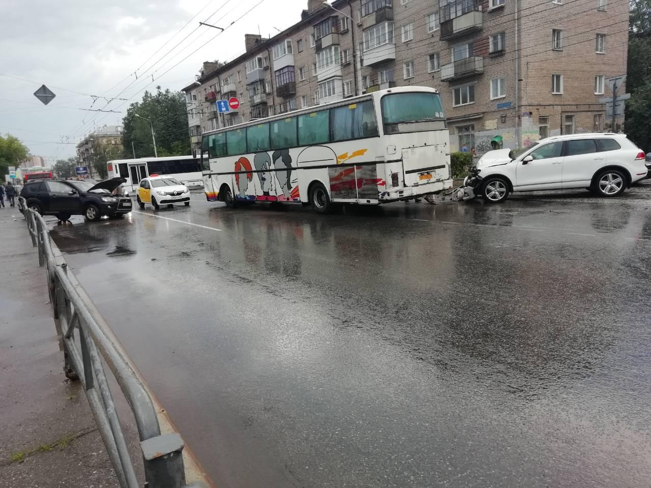 В центре Перми автобус из Нижнего Тагила устроил ДТП с двумя иномарками