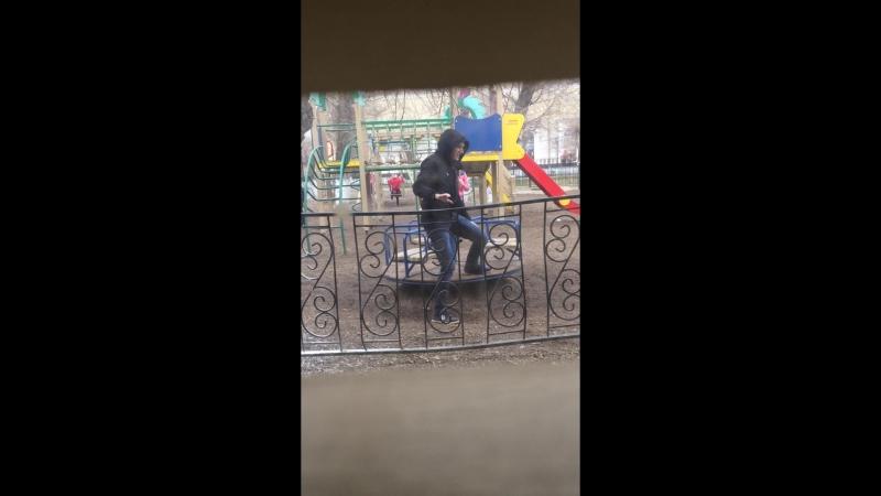 ШОК! Школьница выгнала чувака с карусели