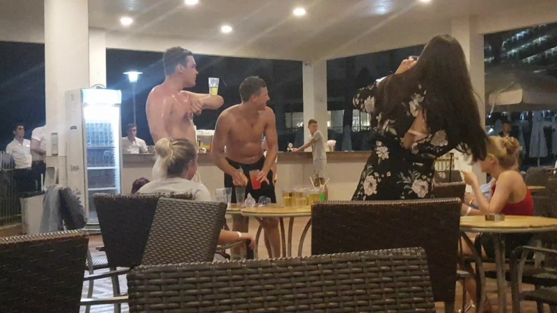 Турция, сентябрь 2018 г., смоленские пацаны куражатся в баре, трезвые.