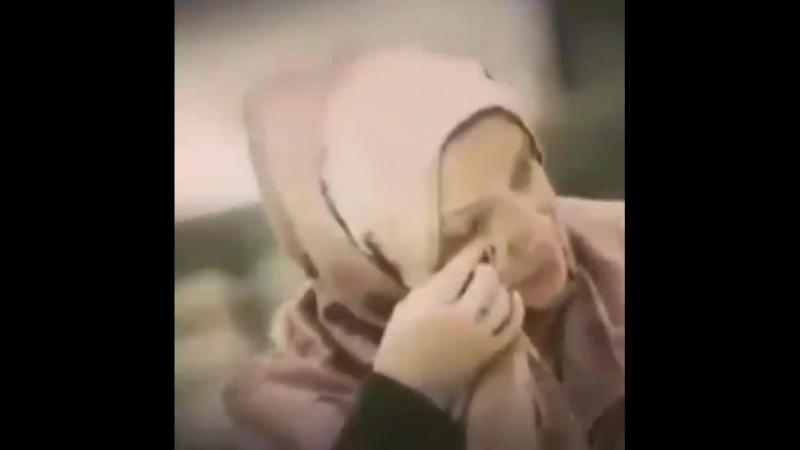 Мылқау əйел Ықылас сүресін оқып жатыр