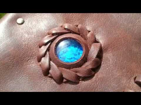 JEWELEECHES Vivian Hebing: setting a ´stone´ with stair step technique in a bohemian leather bag