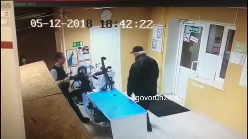 В Пятигорске сотрудник офиса отбился стулом от пенсионера