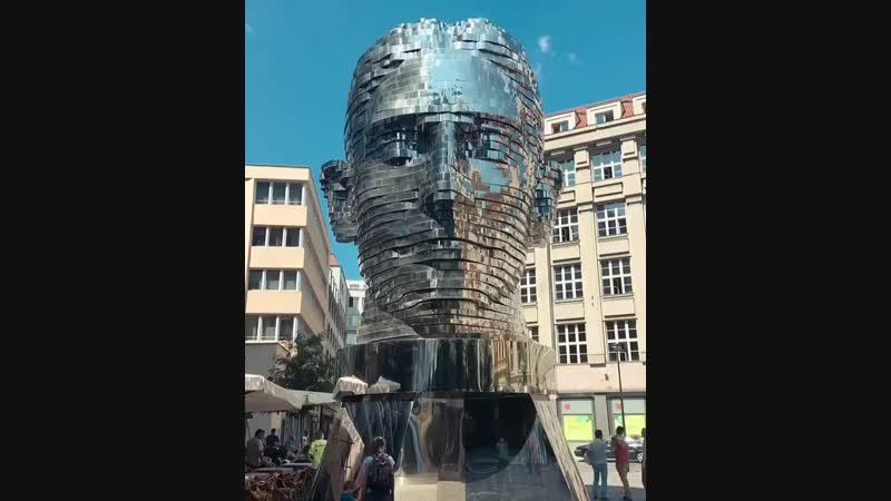 Вращающаяся скульптура с 42 слоями головы Франца Кафки