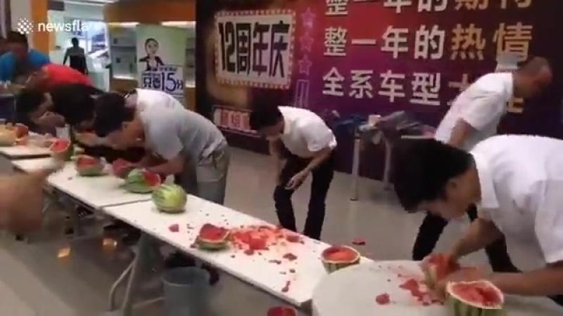 Китай Конкурс на скорость поедания арбузов. Победитель очевиден