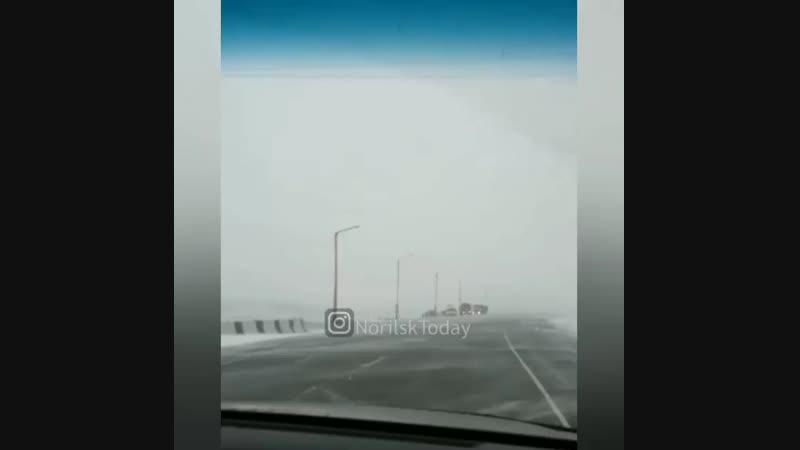 Снегопад на трассе в Норильске