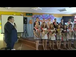зам. главы города Фрязино Роман Назаров поздравляет выпускников