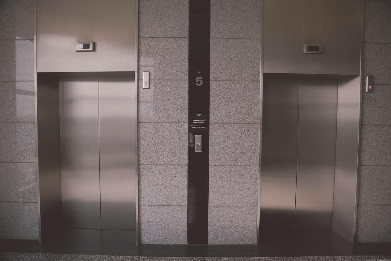 В домах, расположенных в проезде Черского, отремонтировали два неисправных лифта