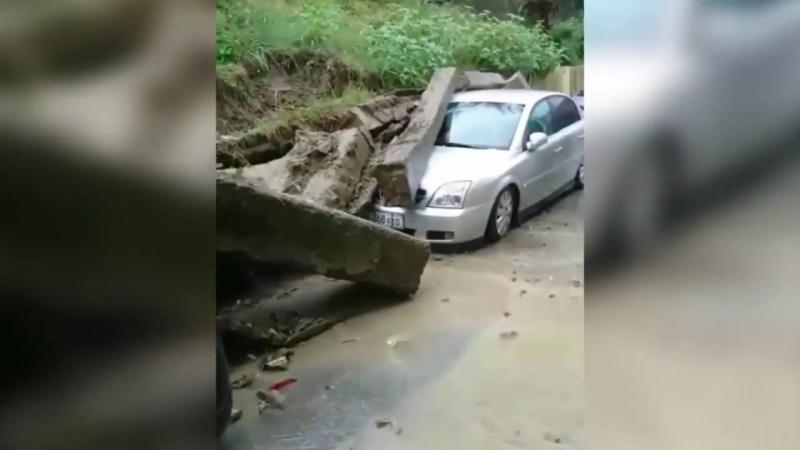 В Сочи опорная стена раздавила несколько авто