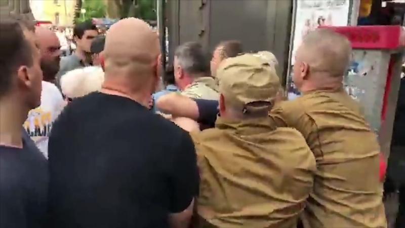 Киев. 9 мая, 2014. Во время акции «Бессмертный полк» пострадал мужчина