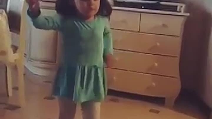 Девочка танцует в маминых туфлях ВЫБРАЖУЛЯ