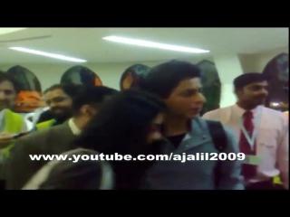 Шах, Каджол и Каран в аэропорту Дубая (2010 г.)...Шах так защищает ее 😍😍😍