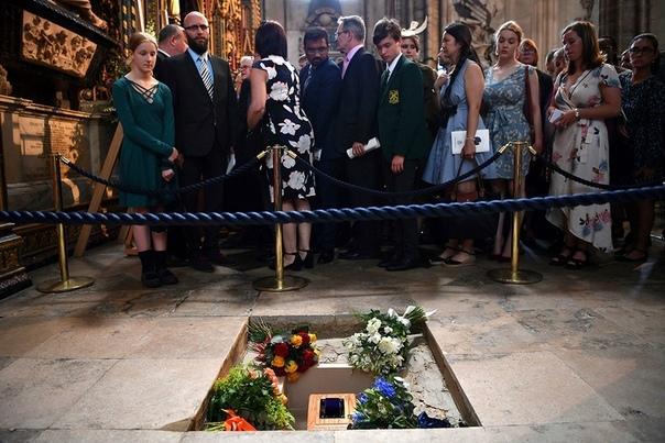 В Вестминстерском аббатстве похоронили ученого Стивена Хокинга