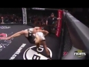 Боец ММА нокаутировал сам себя The MMA fighter knocked himself out