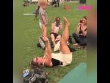 Беременная женщина занимается акро-йогой