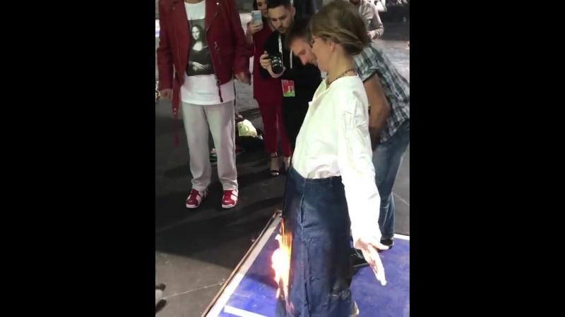 Поджигают Ксению Собчак!