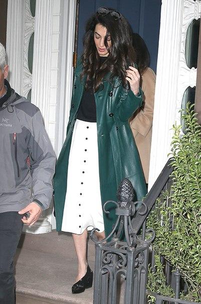 Уличный стиль Амаль Клуни: кожаное пальто Michael Kors, туфли Jimmy Choo и сумочка Dior