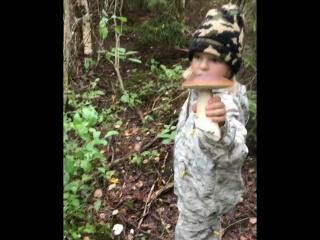 Сын Рудковской собирает грибы
