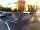Веселый пешеход. Подписывайтесь на канал 'Казакша прикол с Ватсап (whatsapp) 2018'.mp4
