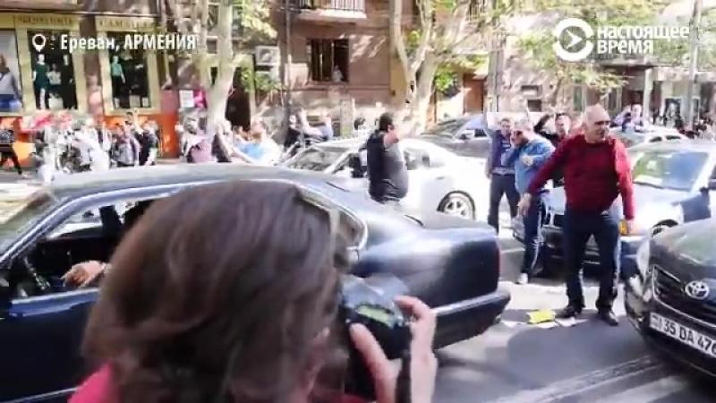 На улицах Еревана сейчас вот так народ радуется тому что сбросили ненавистного царька с трона